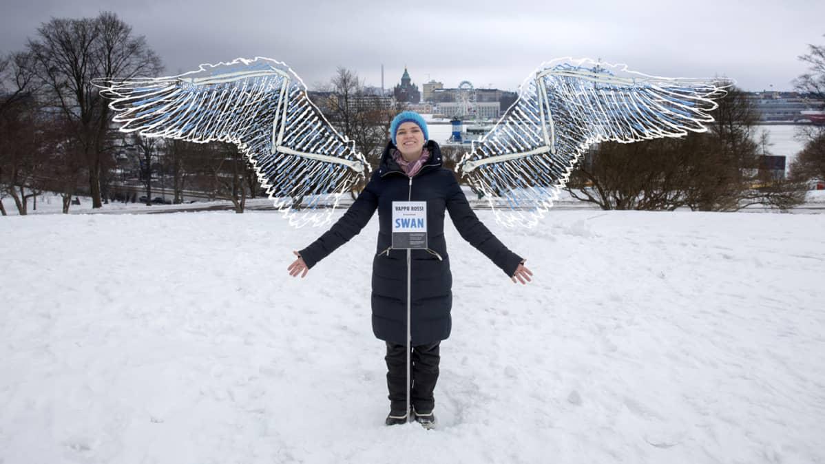 Taiteilija Vappu Rossi lisätyn todellisuuden siivet selässään.