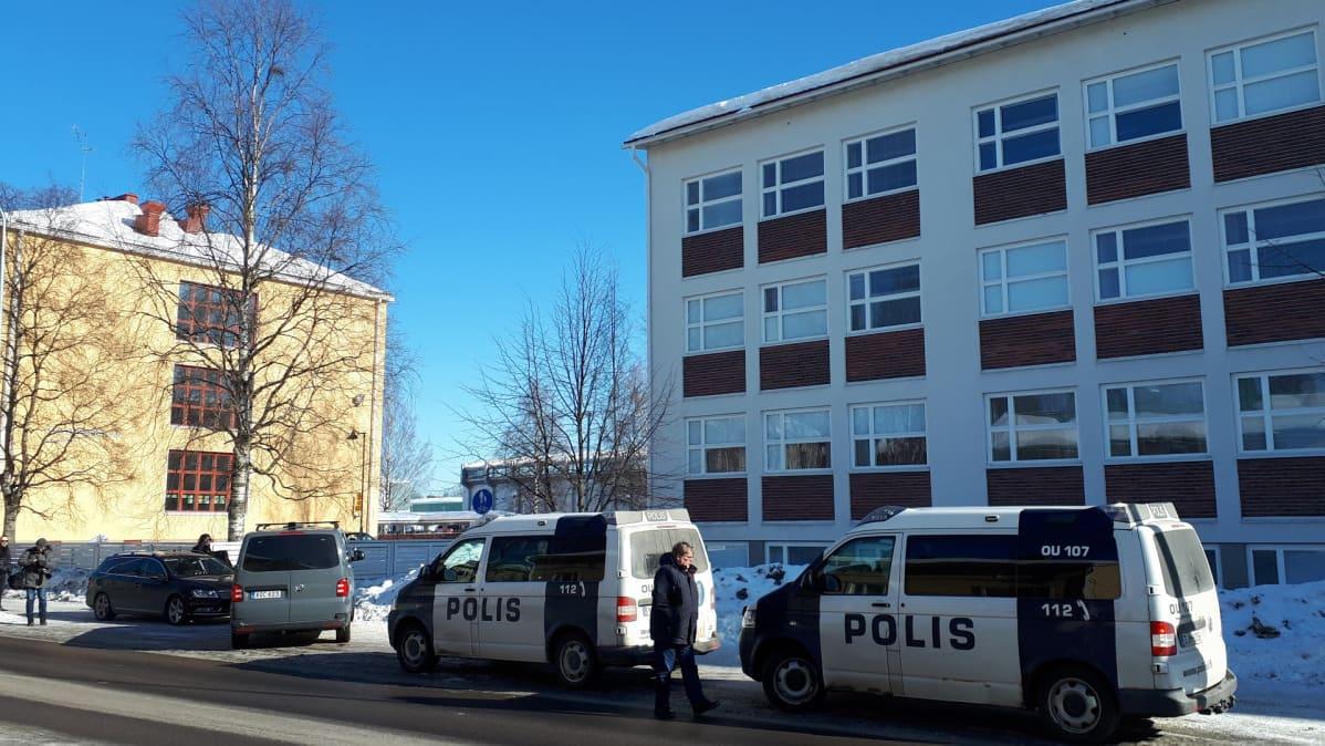 Poliisioperaatio Teuvo Pakkalan koululla.
