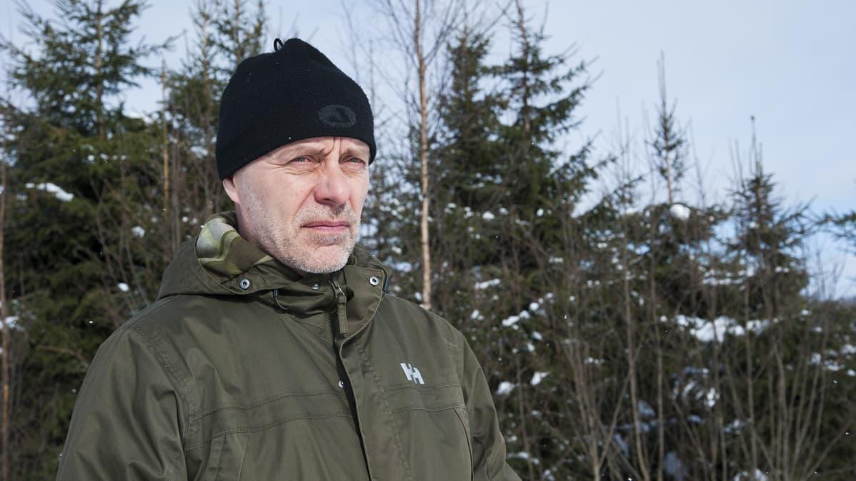 Mies metsässä.