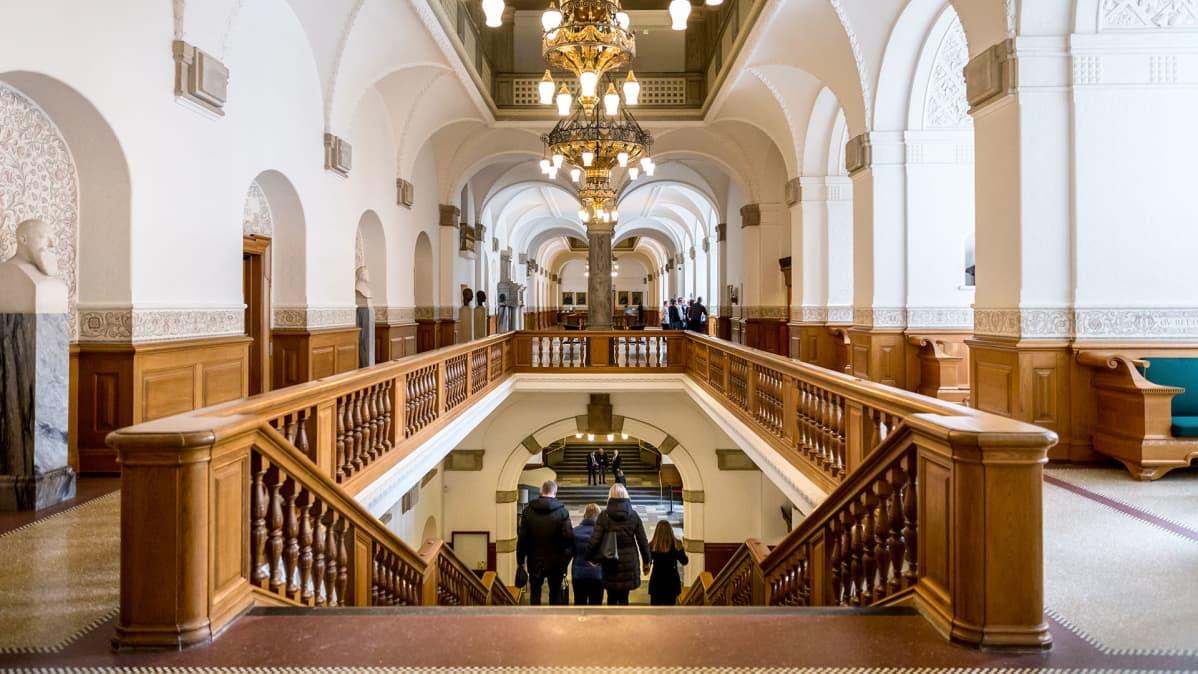leveä portaikko palatsissa
