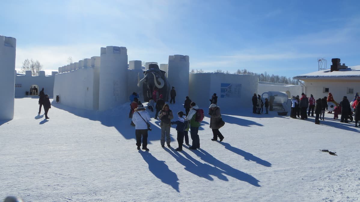 Ihmisiä Kemin lumilinnan edustalla.