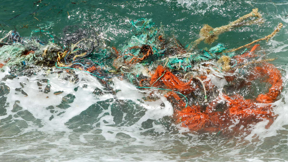 Troolareiden verkkoja huutoutuneena meressä
