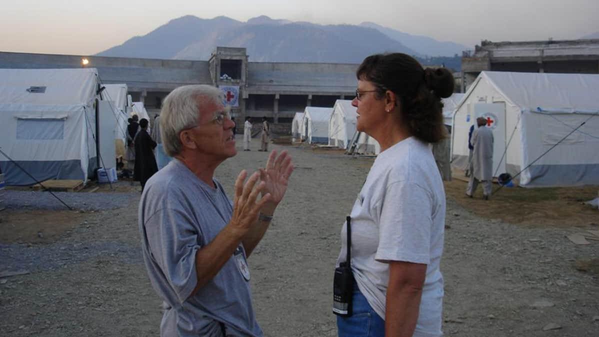 Sotakirurgi Jorma Salmela keskustelee toisen henkilön kanssa.