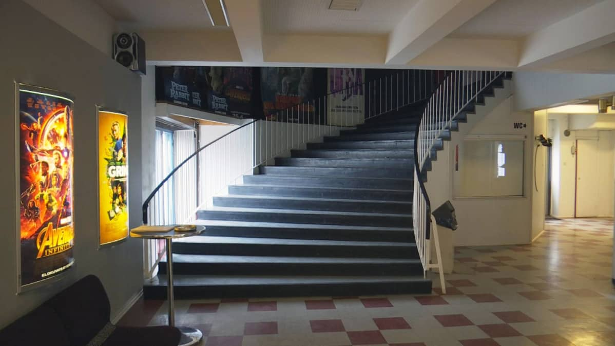 Maakuntatalon portaikko ja ala-aula 2018.