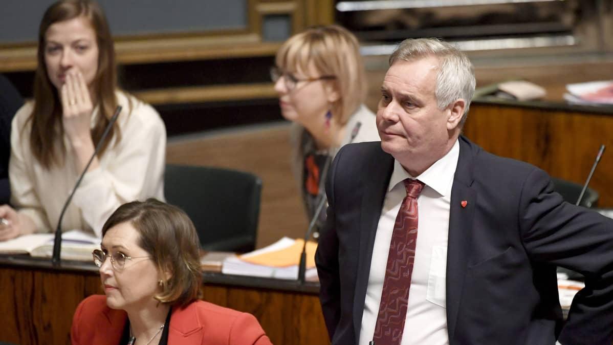 Opposition edustajat, Li Andersson, Tuula Haatainen, Aino-Kaisa Pekonen ja Antti Rinne eduskunnan suullisella kyselytunnilla maaliskuussa 2018.