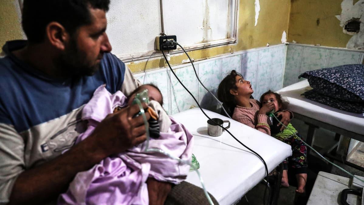 Kaasuiskussa loukkaantunut syyrialaisperhe.