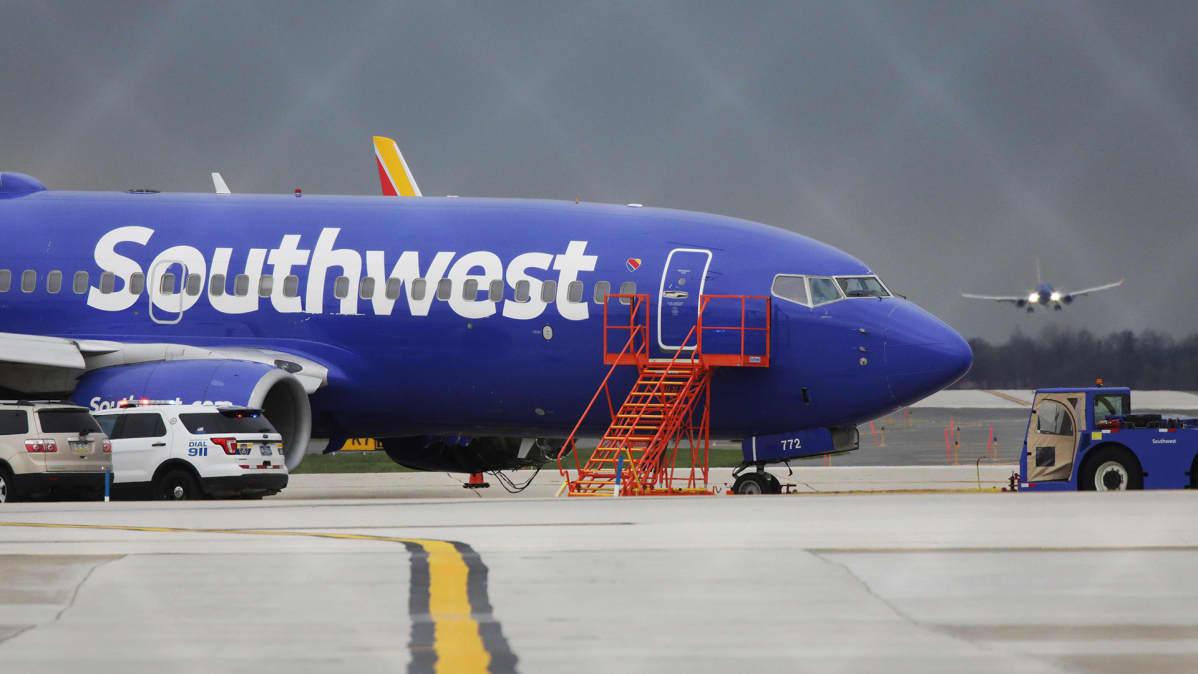 Southwest Airlinesin turmakone Philadelpian kentällä hätälaskunsa jälkeen 17. huhtikuuta.
