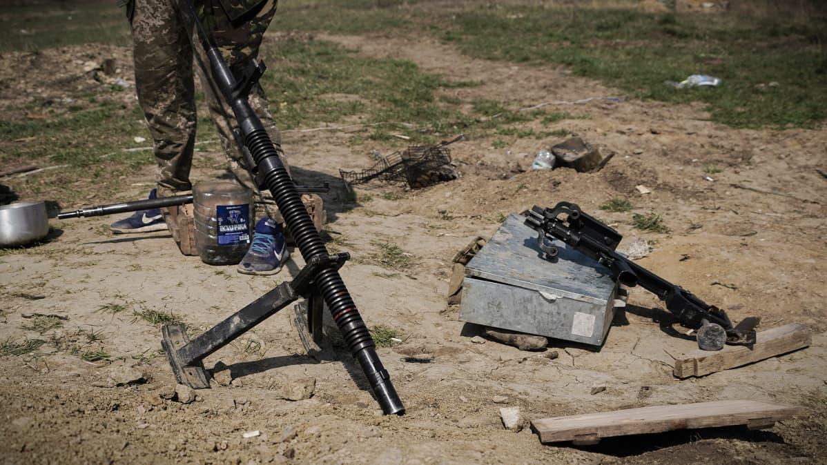 Konekivääriä puhdistetaan käyttöä varten Itä-Ukrainan rintamalla.