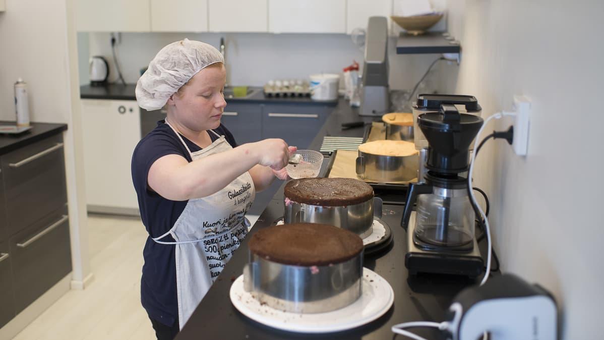 Ruusa-Mari Höyhtyä tekee kakkuja.