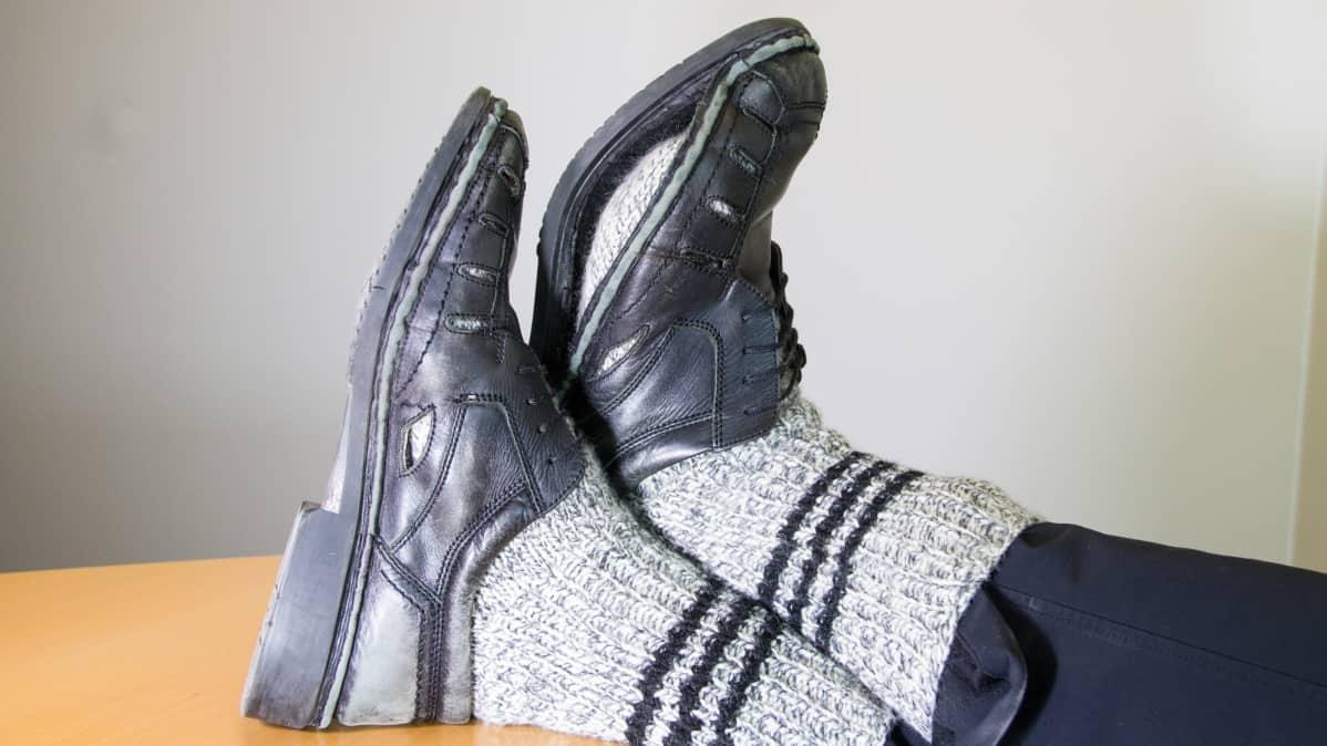 Kuluneet miesten kengät
