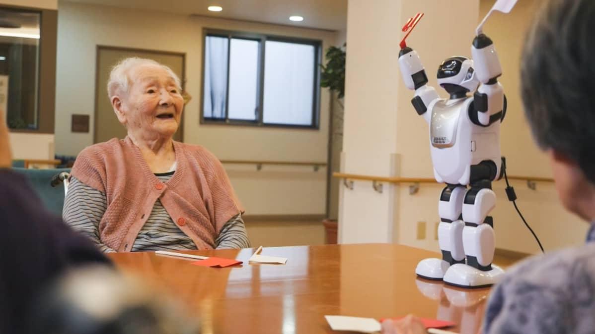 vanhus ja robotti