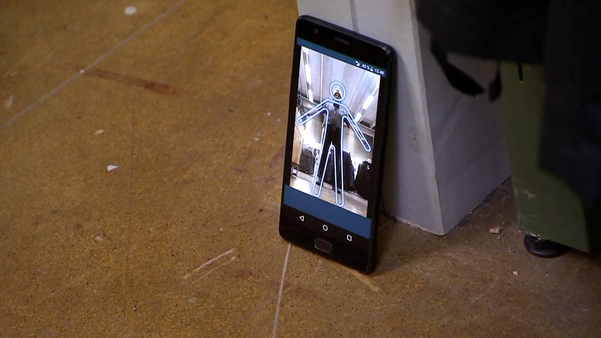 Kännykässä näkyy mittatietoja tuottavaa kännykkäsovellus.