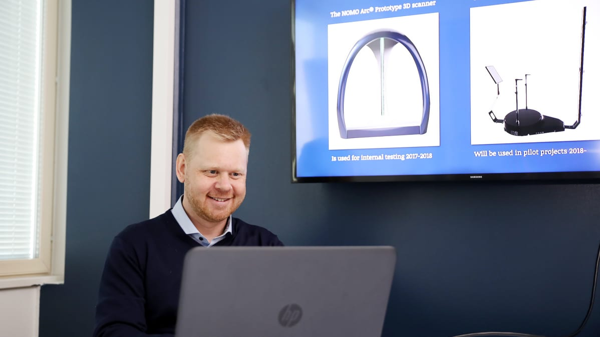 Johan Wirta, toimitusjohtaja Nomo Technologies, taustalla 3D skannerimalleja.