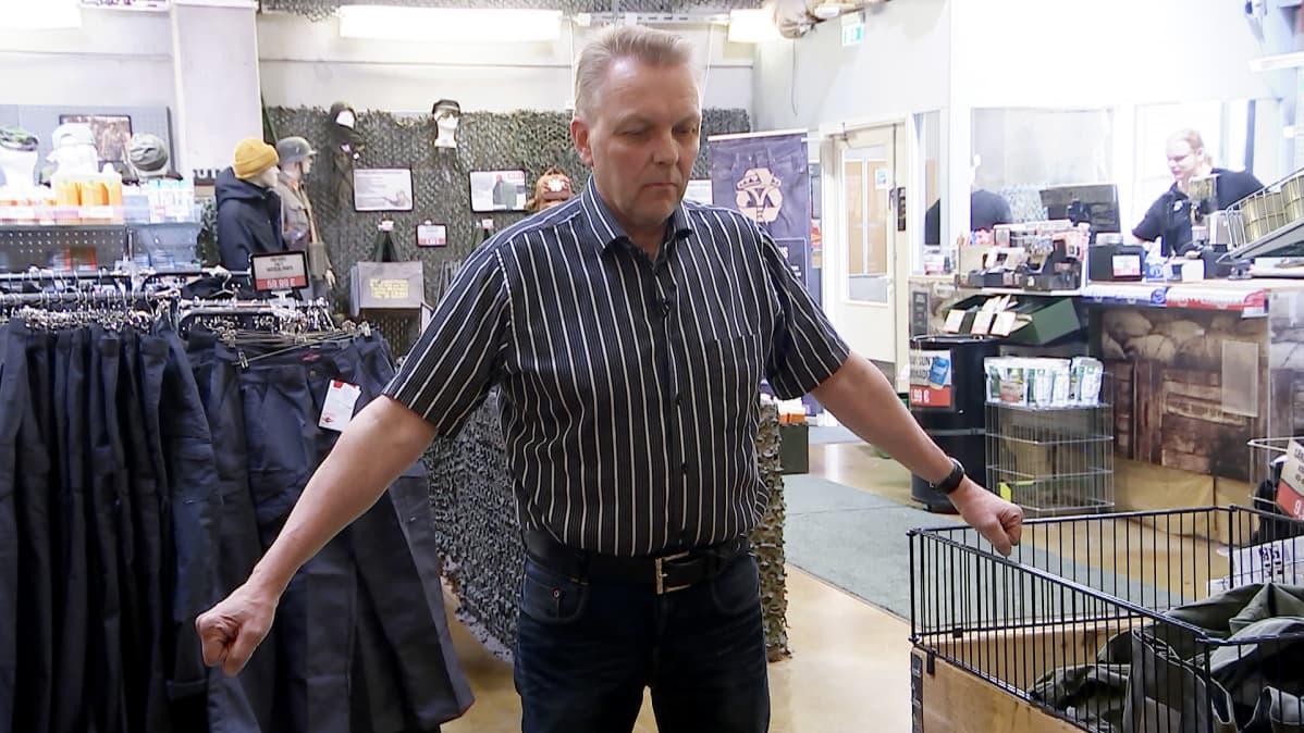 Ari-Matti Reponen testaa mittatietoja tuottavaa kännykkäsovellusta.