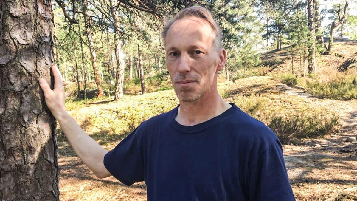 Kenneth Wickström seisoo puun vieressä.