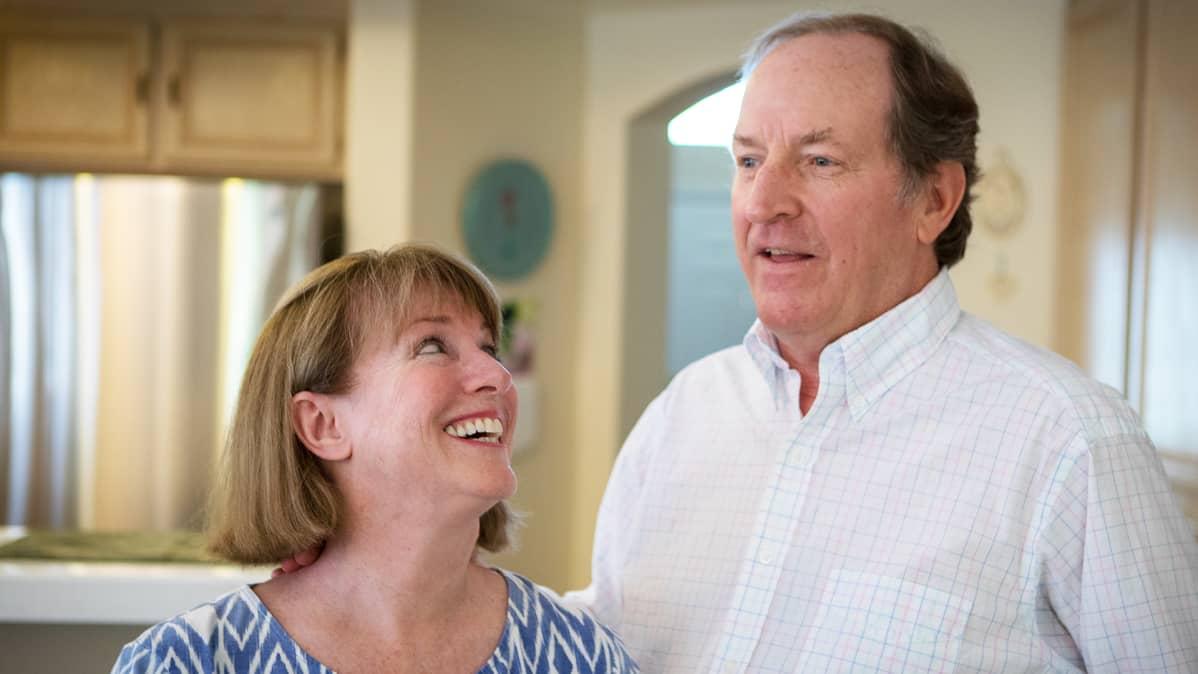 Bill Frank ja Gail Stevenson seuraavat innokkaasti jääkiekkoa.
