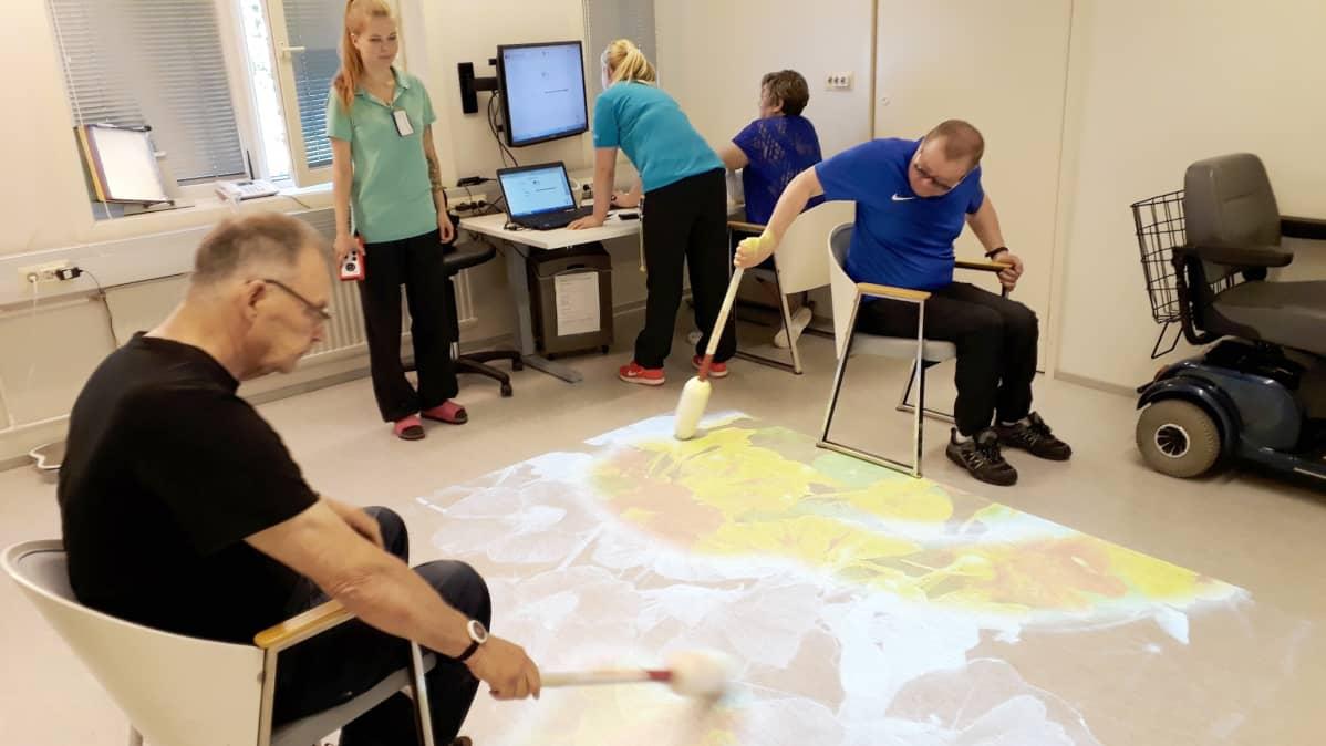 Maskun neurologisessa kuntoutuskeskuksessa annetaan peliterapiaa.
