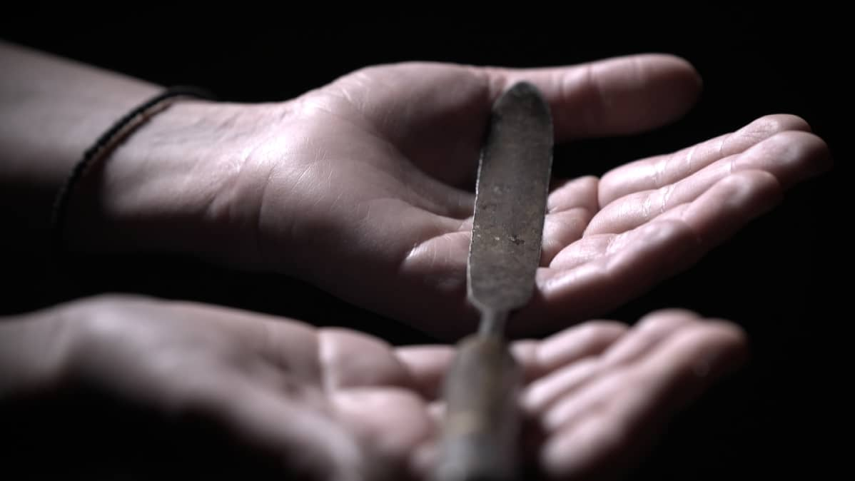 Annette Gothónin käsissä on veitsi, jolla on silvottu tuhansia naisia ja tyttöjä Keniassa. Gothóni on saanut veitsen lahjaksi entiseltä silpojalta, joka nykyisin toimii kahvilanpitäjänä.