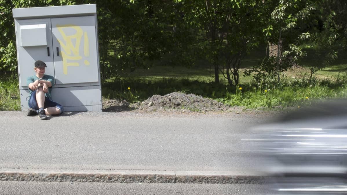Ante Tamminen istuu jalkakäytävällä Nokialla.