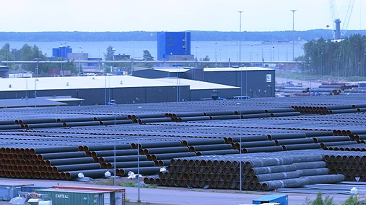 Itämeren kaasuputkia pinnoitustehtaan pihalla Mussalon satamassa Kotkassa