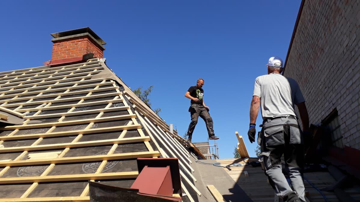 Remonttimiehiä katolla