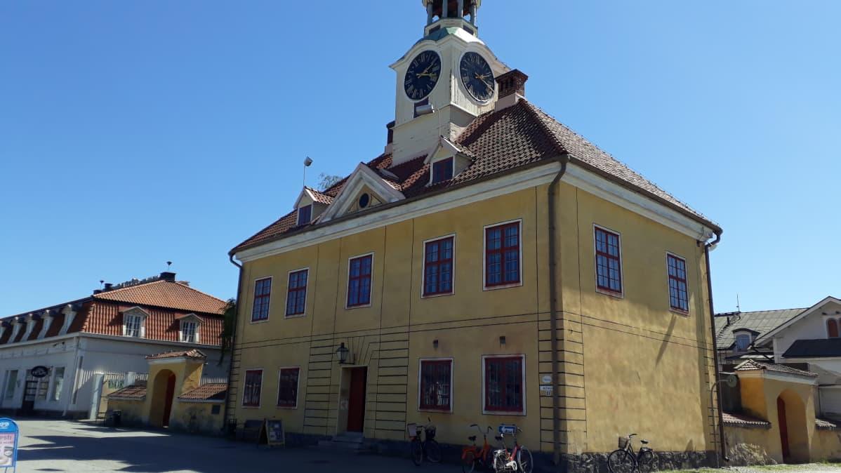 Vanhan Rauman tunnusmerkki on raatihuone.