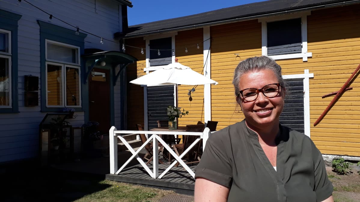 Jenni Tuurala uusii keltaisen rakennuksen huopakaton.