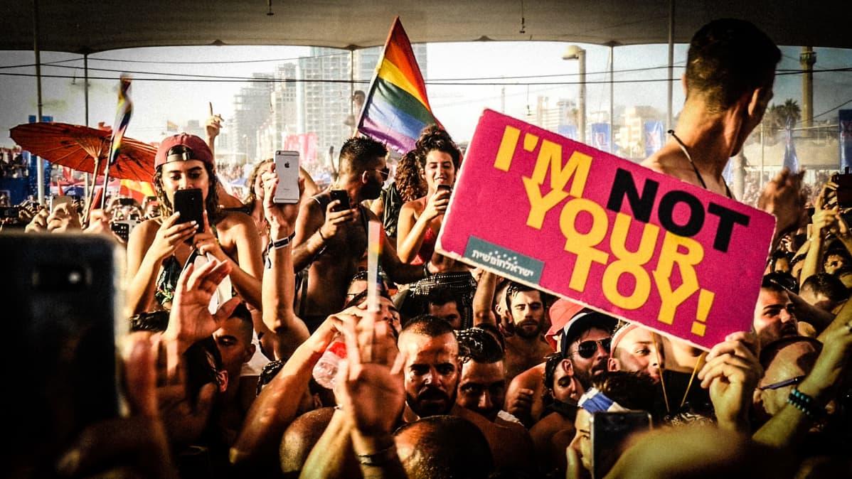 Pride -festivaalin yleisöä.