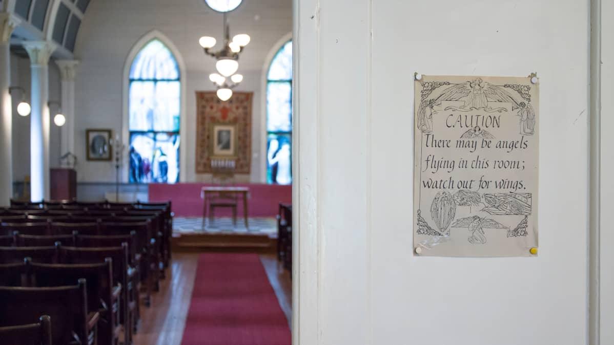 Pekka Ervast -temppelin käytävälle vievä ovi.