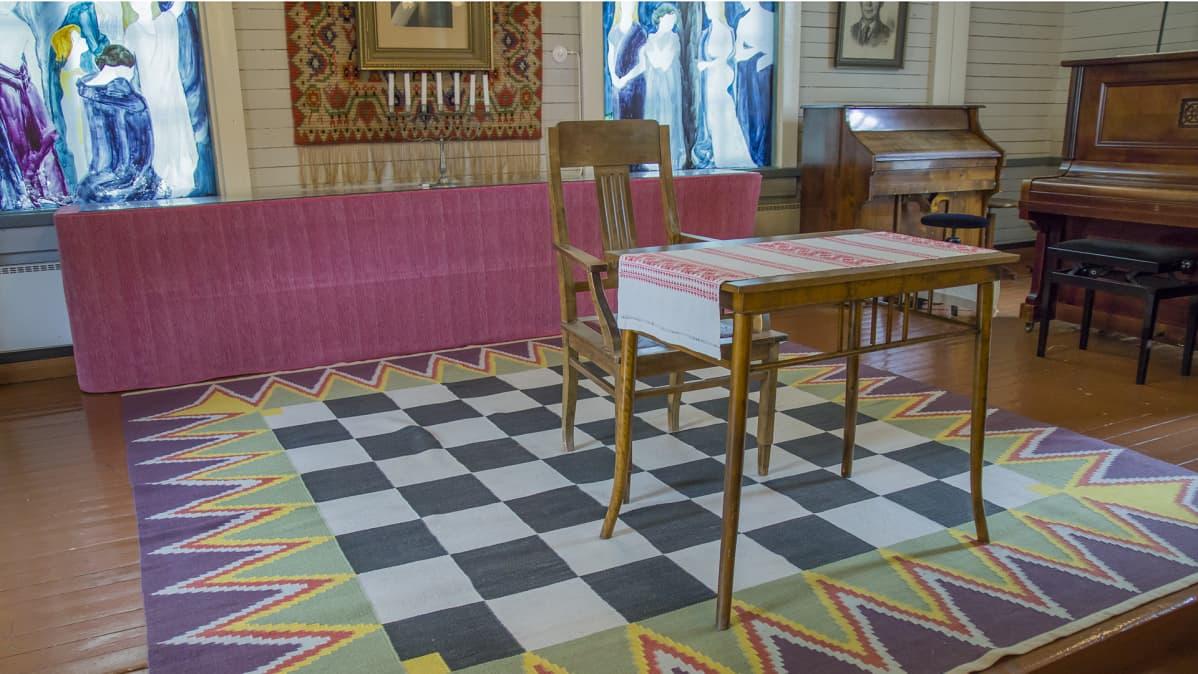 Pekka Ervast -temppelin näyttämö ja vapaamuurarien ajoilta jäänyt matto.