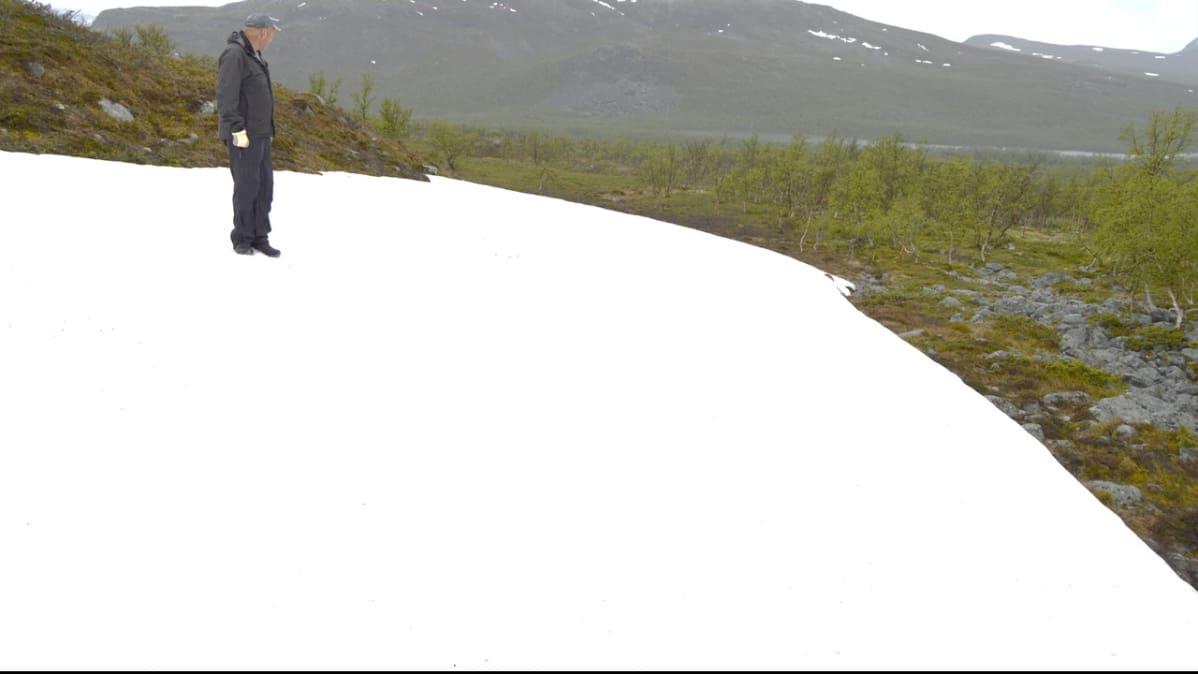 Latumestari Veikko Aaltonen tarkastaa juhannushiihtojen baanaa.