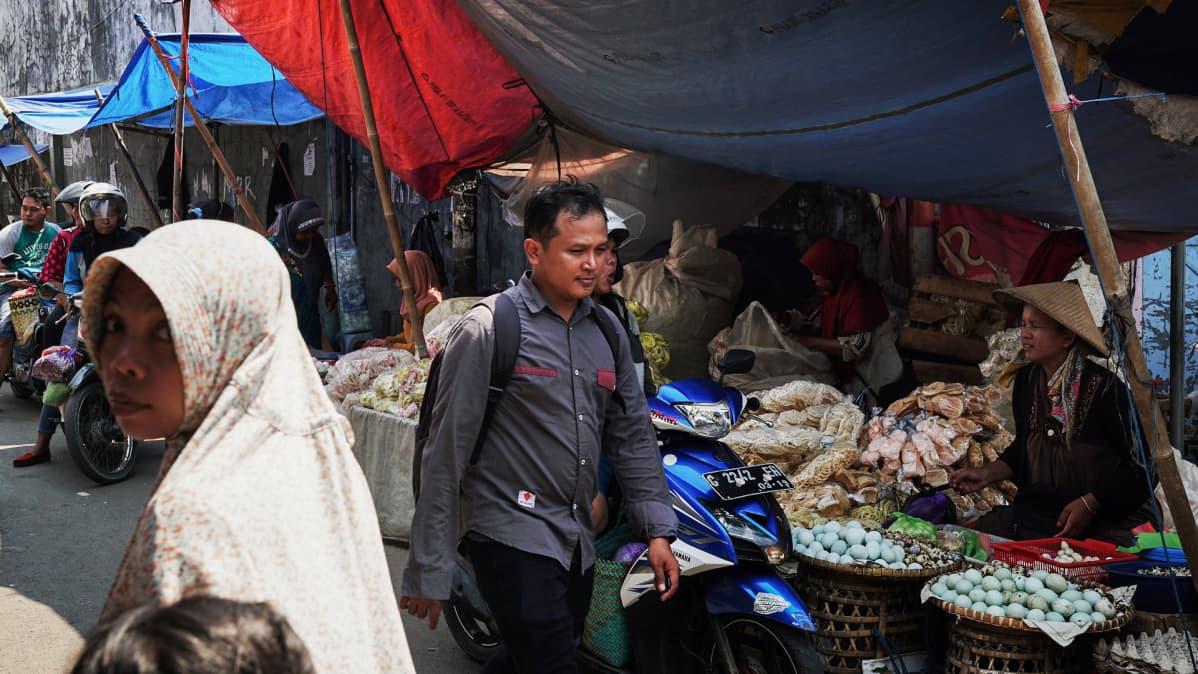 Indonesiassa asuu maailman suurin muslimiväestö. Heistä suurin osa on sunnimuslimeja. Noin yhdeksän prosenttia indonesialaisista on kristittyjä.