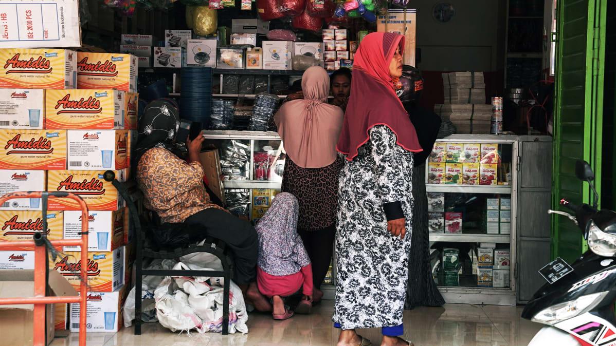 Yhä useampi indonesialainen nainen käyttää hiukset peittävää hijab-huivia.