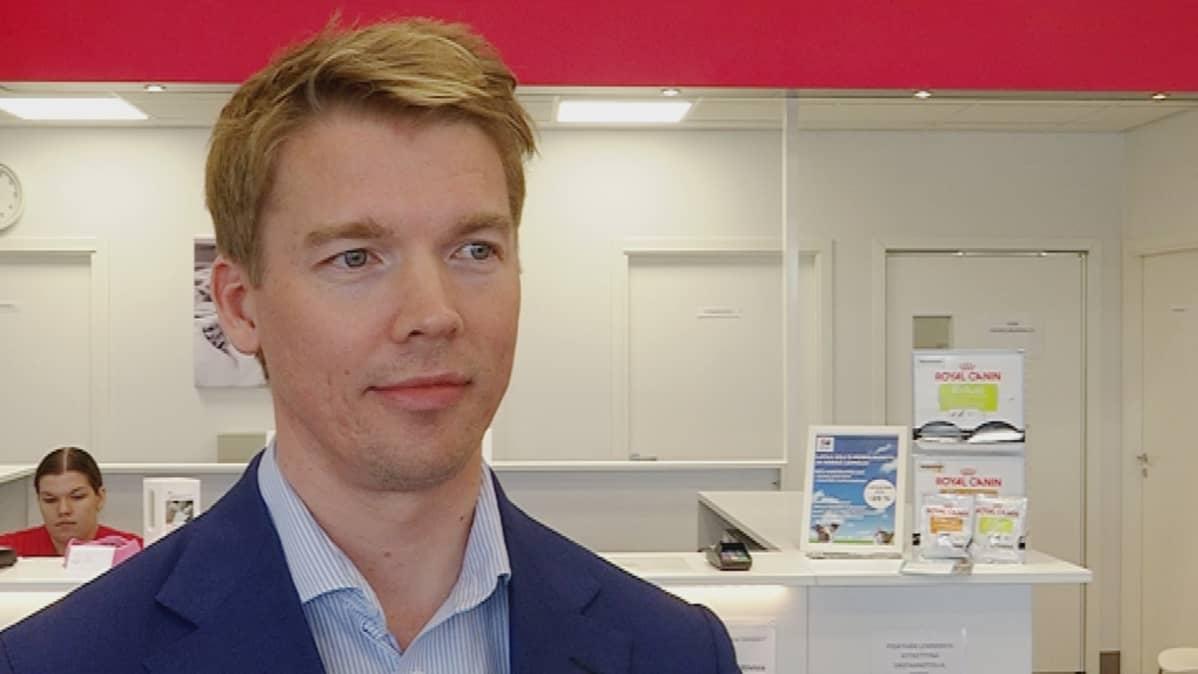 Omaeläinkilinikan toimitusjohtaja Kustaa Piha yrityksen vastaanotolla Hämeenlinnassa.