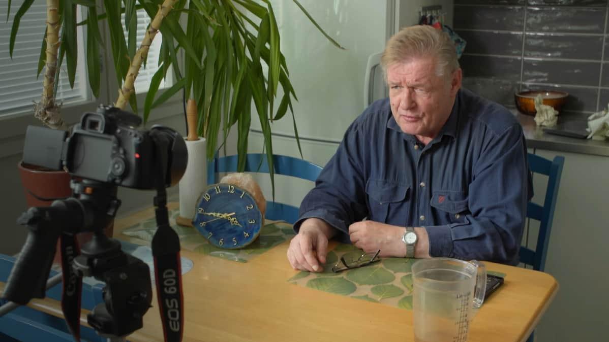 - Terve, otetaan tällainen kevyt haaste, pikkaisen mustaa makkaraa, Hannu Kanerva aloittaa videonsa.