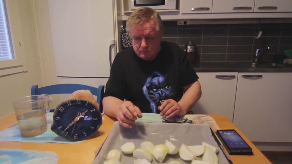 - Ensimmäinen syömisvideo minkä tein oli kilo raakaa sipulia, Hannu Kanerva kertoo.