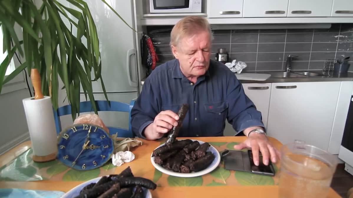 - Hyvää ruokahalua, aika alkaa nyt, sanoo Hannu Kanerva ja painaa ajanoton päälle.