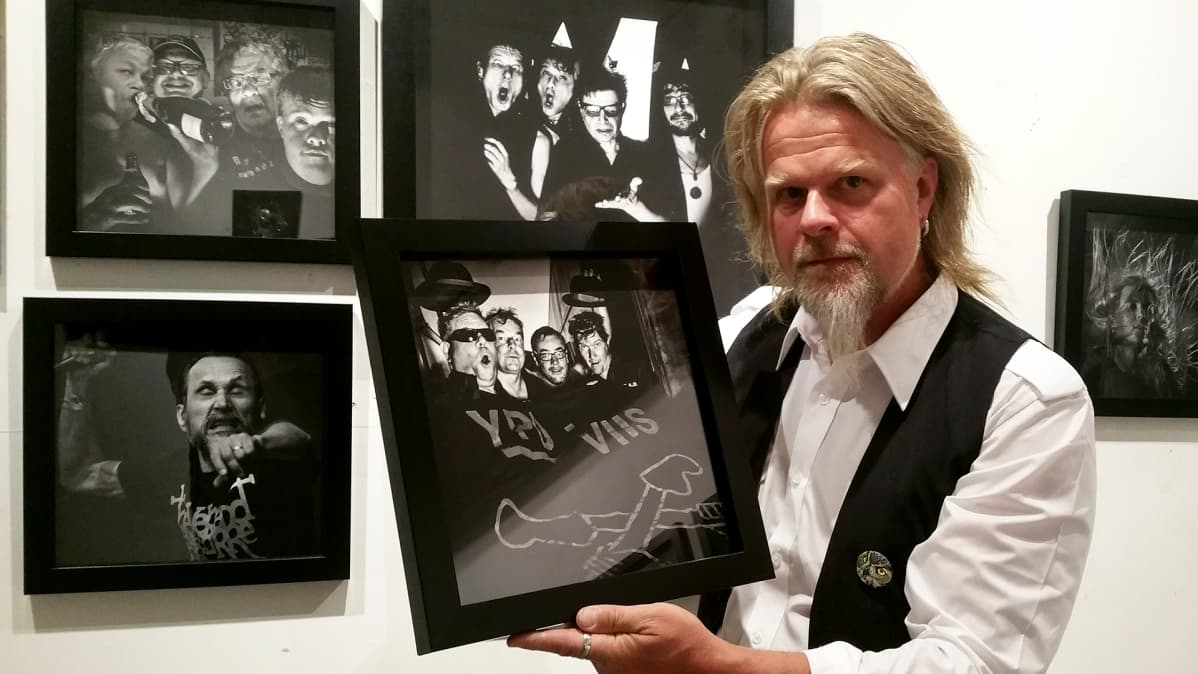 Juha Metso esittelee ottamaansa valokuvaa galleriassa.