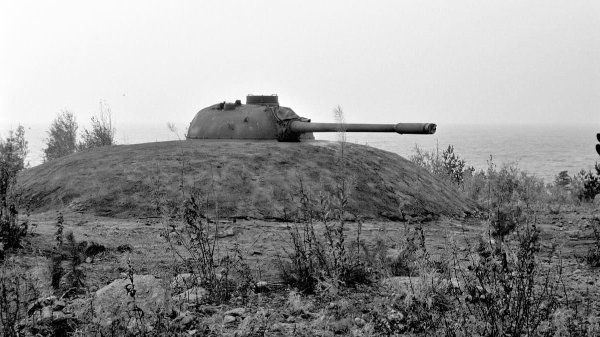 Rannikkotykistöä vahvistettiin asentamalla kallioon panssarivaunujen torneja.