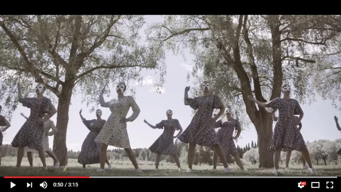 Kuvakaappaus Vanaja prison dance -tanssiteoksesta.