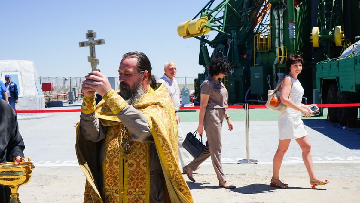 Ortodoksipappi ristin kanssa