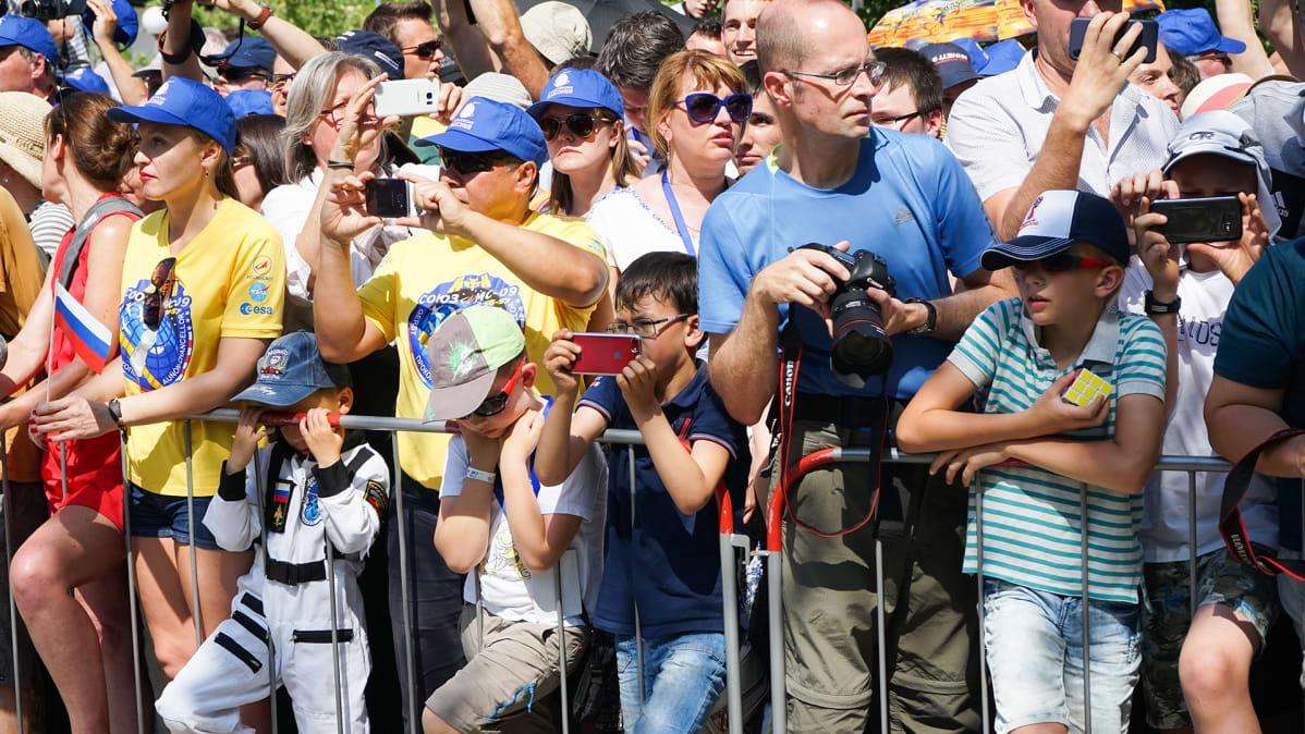 Turistit kuvaavat astronoautteja