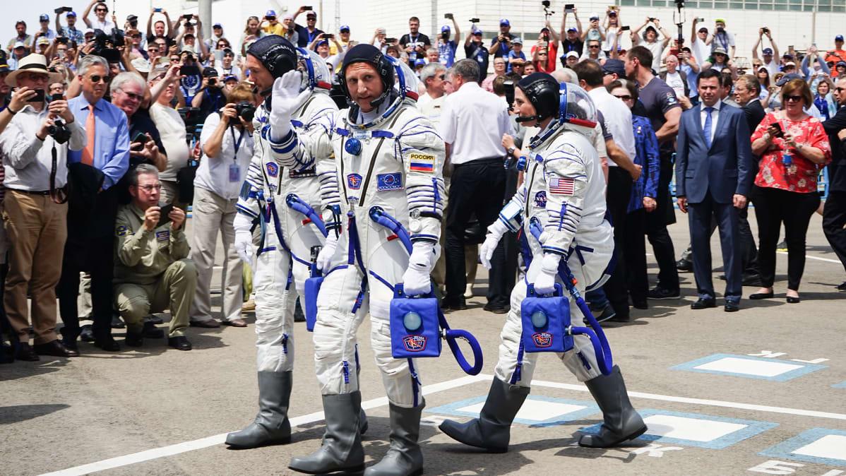 Kosmonautti heiluttaa yleisölle