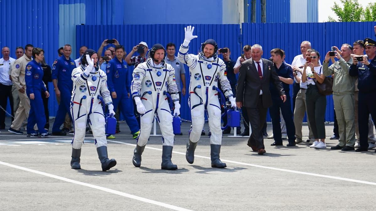 Miehistö vilkuttaa Baikonurissa.