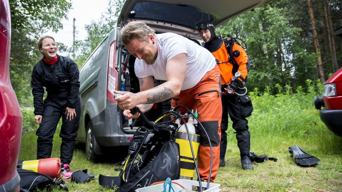 Tero Möttönen kavereineen nauraa laittaessa laitteita kuntoon.