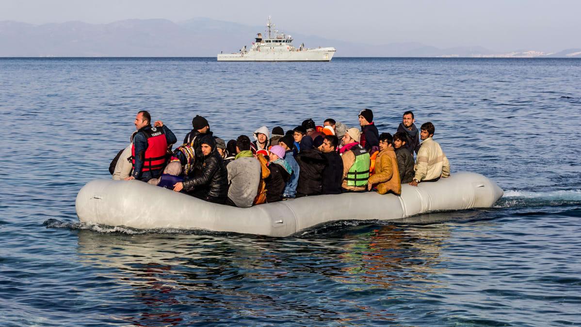 Laittomia siirtolaisia kumiveneessä.
