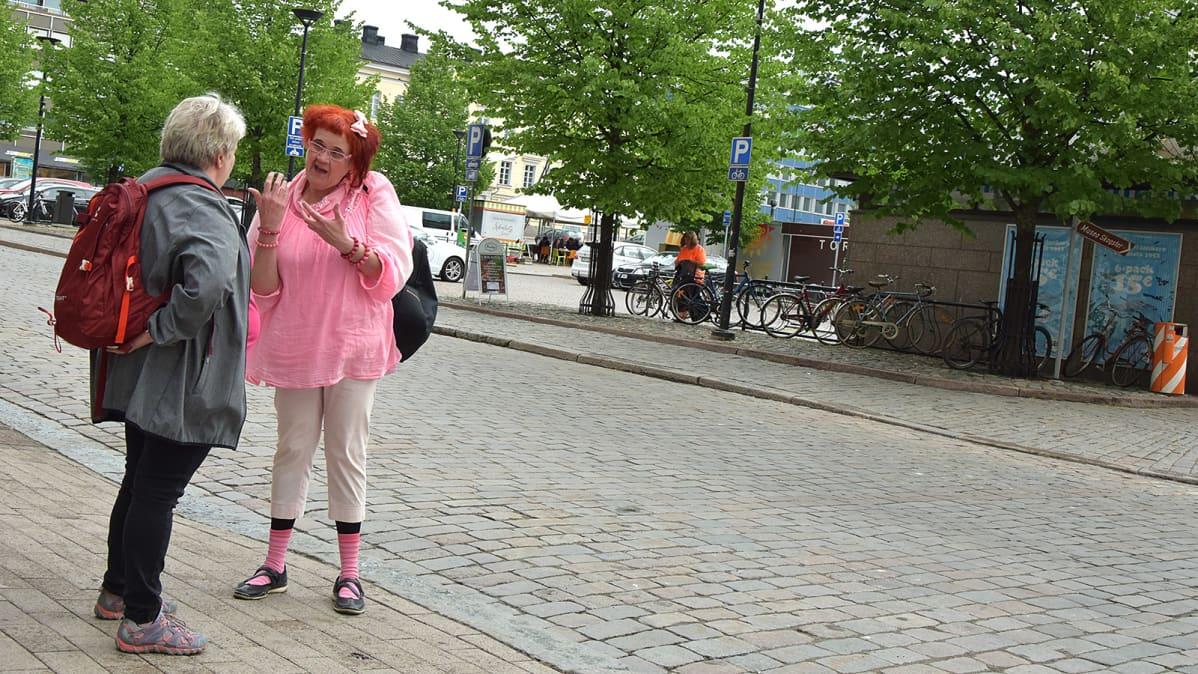 Kaksi naista juttelevat Hämeenlinnan torin kulmalla