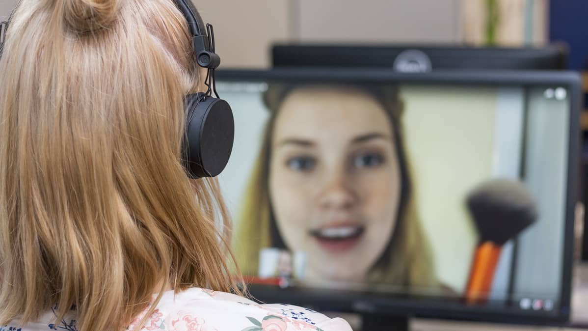 Nainen katsoo tietokoneelta videota.