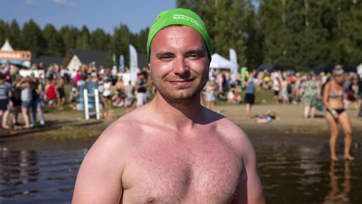 Atte Kangas rinta paljaana Linnunlahden rannalla keskellä Ilosaarirockia.