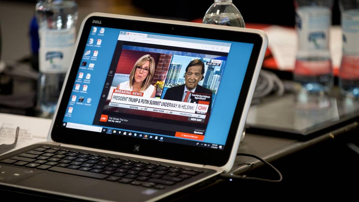 CNN:n uutislähetys koneen näytöllä.